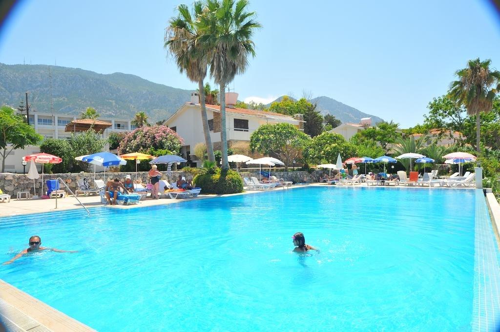 La Hotel And Resort